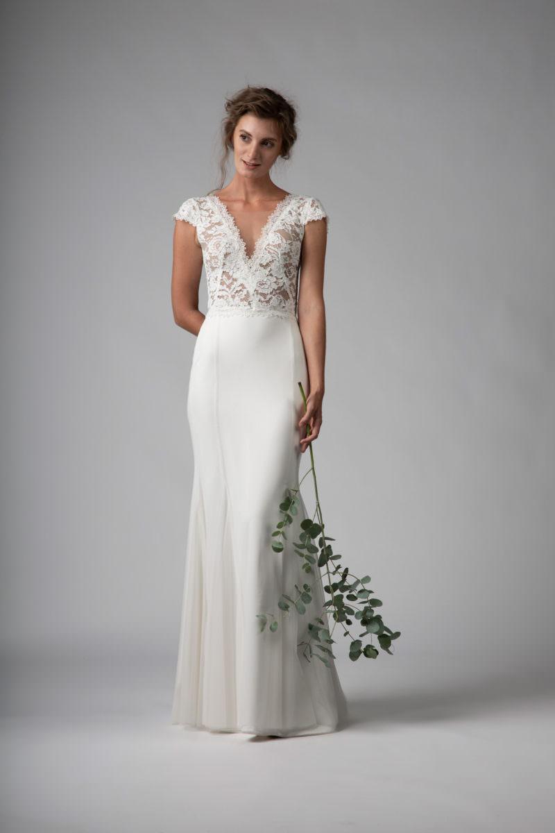 Testre szabott menyasszonyi ruha, rózsamintás csipke felsővel.