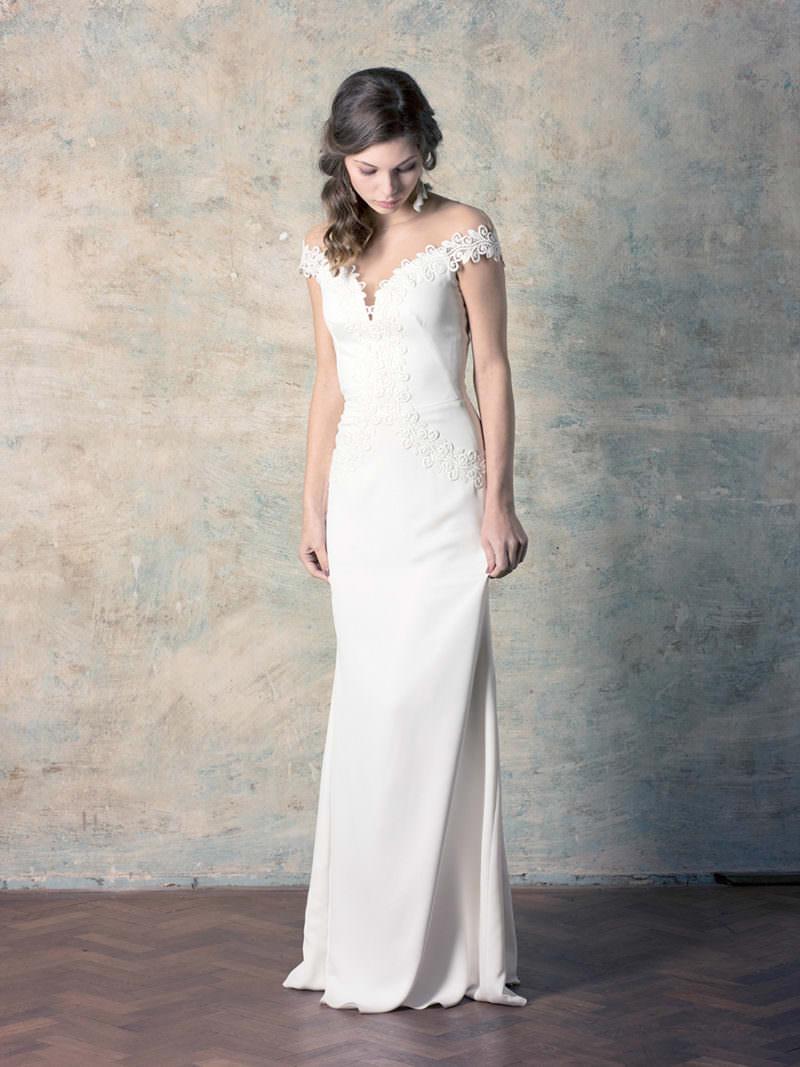 rochie de mireasă simplă cu dantelă cu umeri căzuți