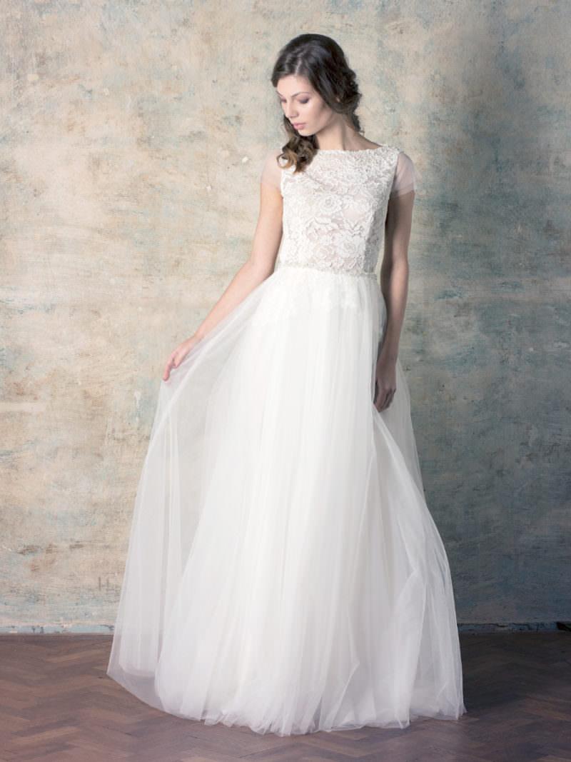 rochie de mireasă simplă tip prințesă cu fustă tull și dantelă