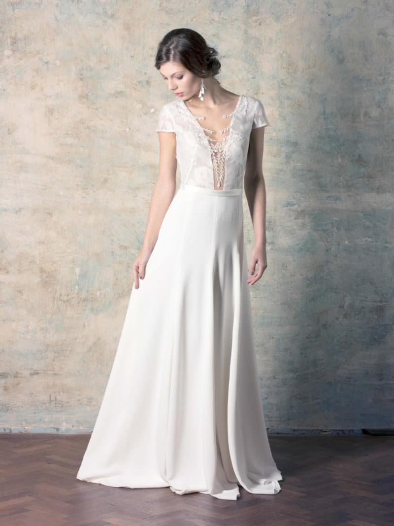 rochie de mireasă simplă și elegantă cu decolteu adânc și broderie