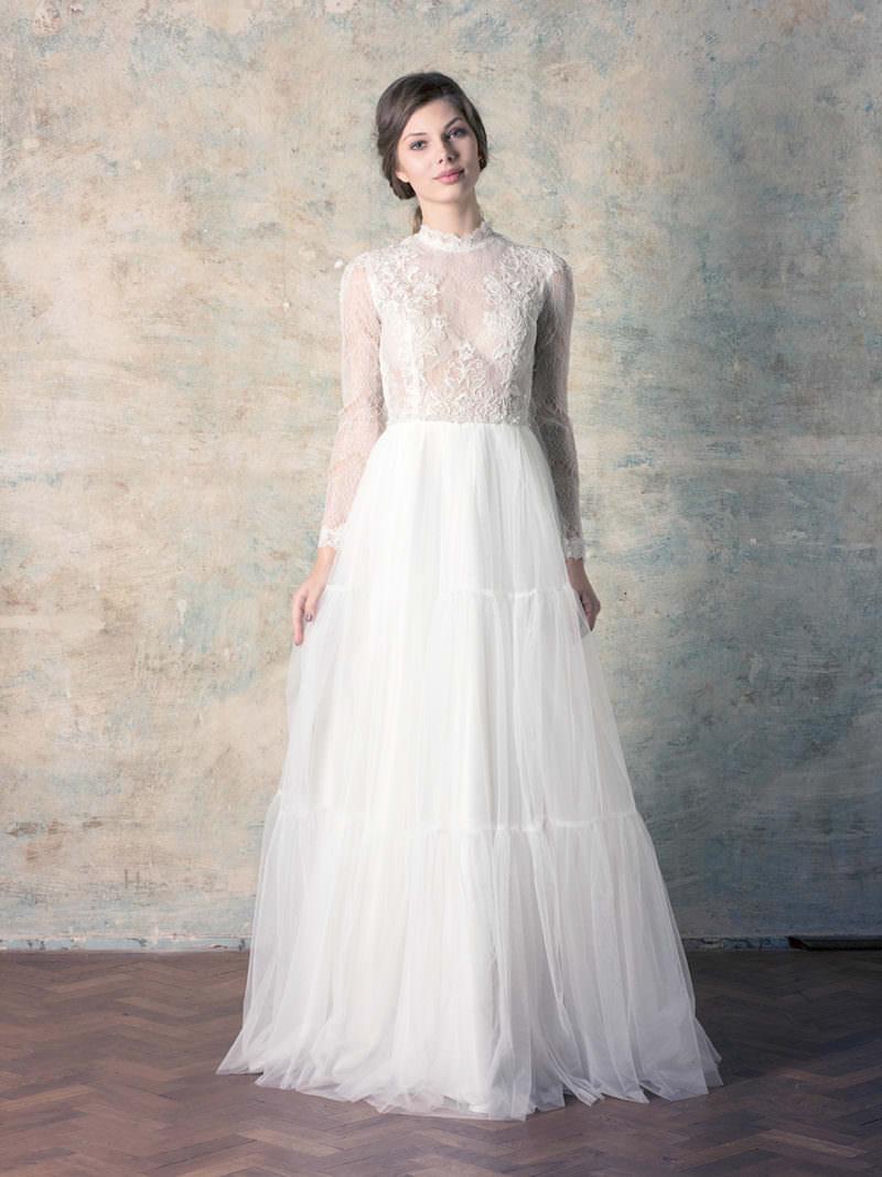 rochie de mireasă tip prințesă cu mânecă lungă, dantelă și fustă tul