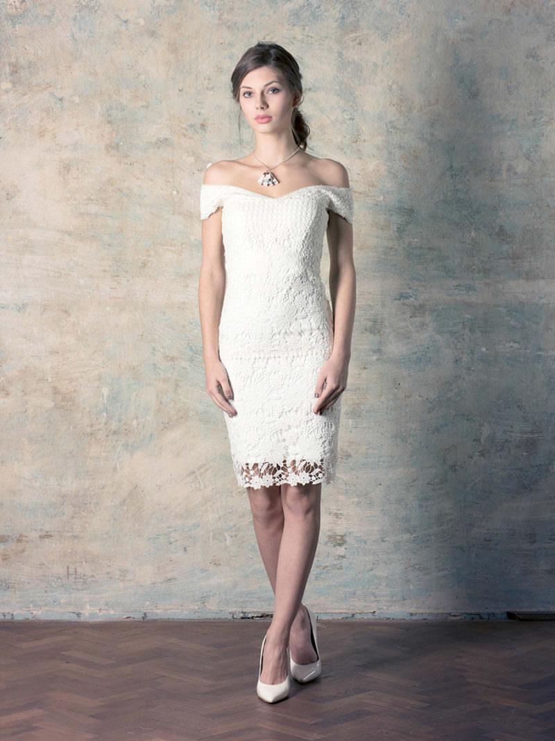rochie de mireasă scurtă din dantelă cu umerii căzuți