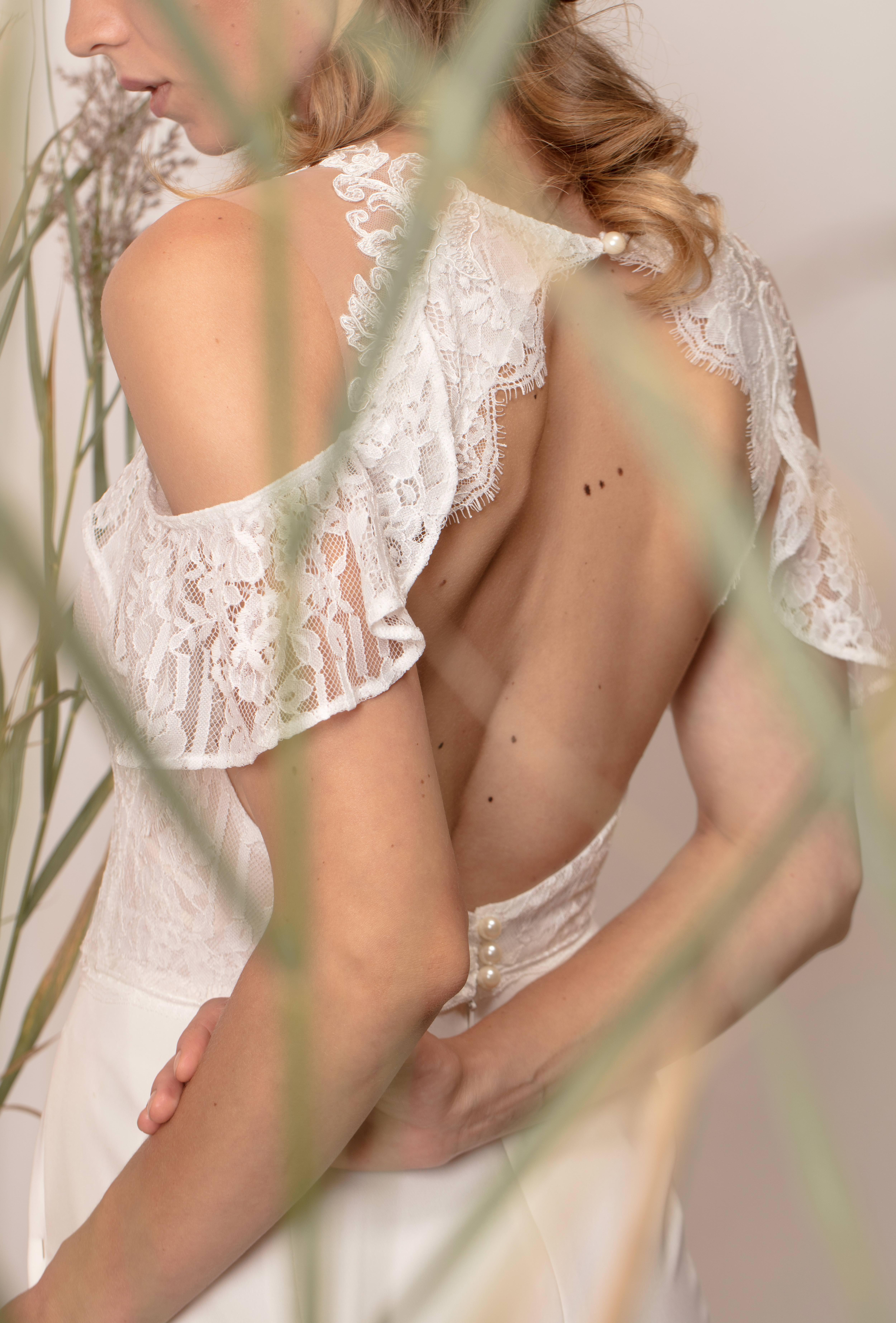 Rochie de mireasă sirenă cu umerii căzuți și spatele gol