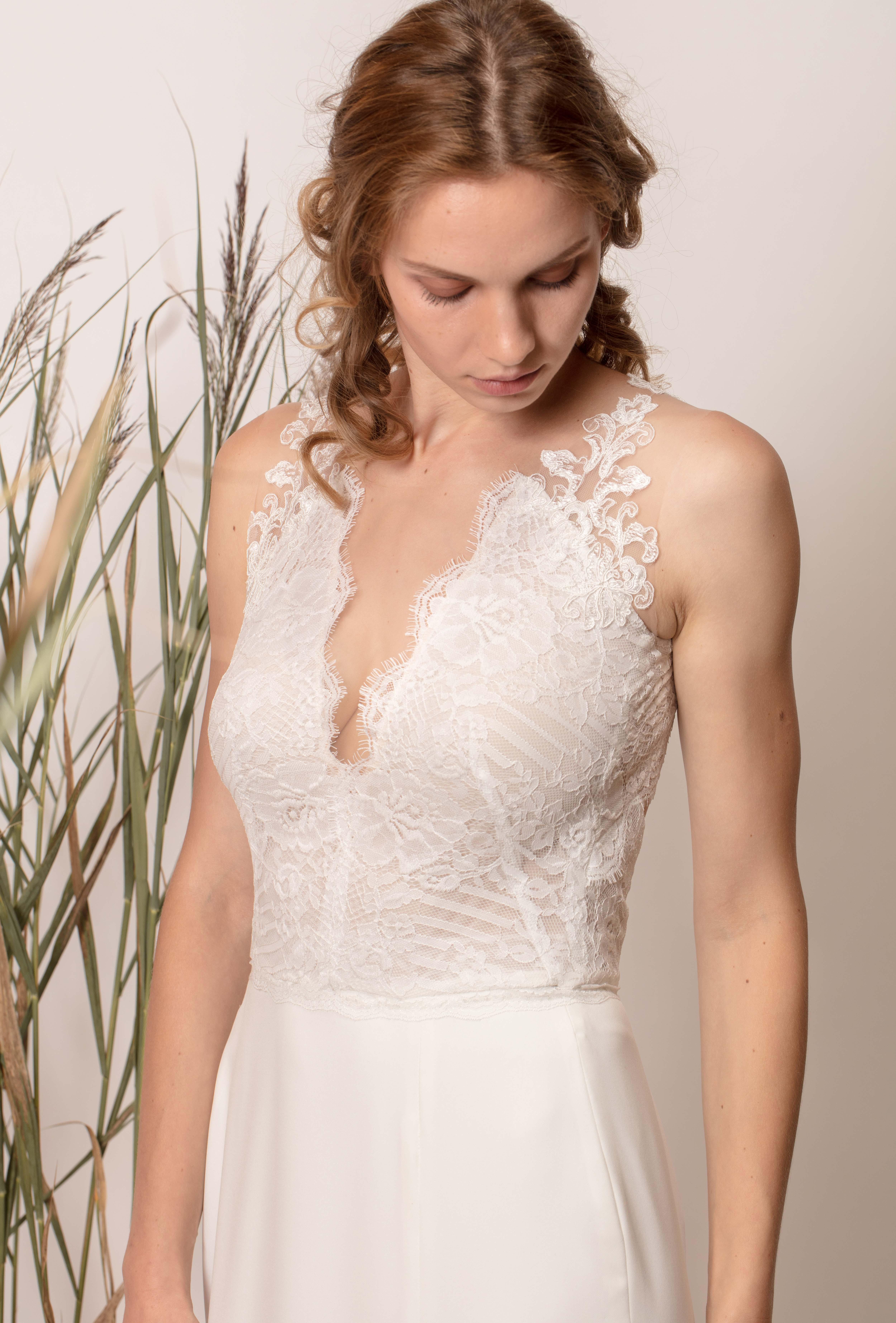V-nyakú, ujjatlan sellő menyasszonyi ruha