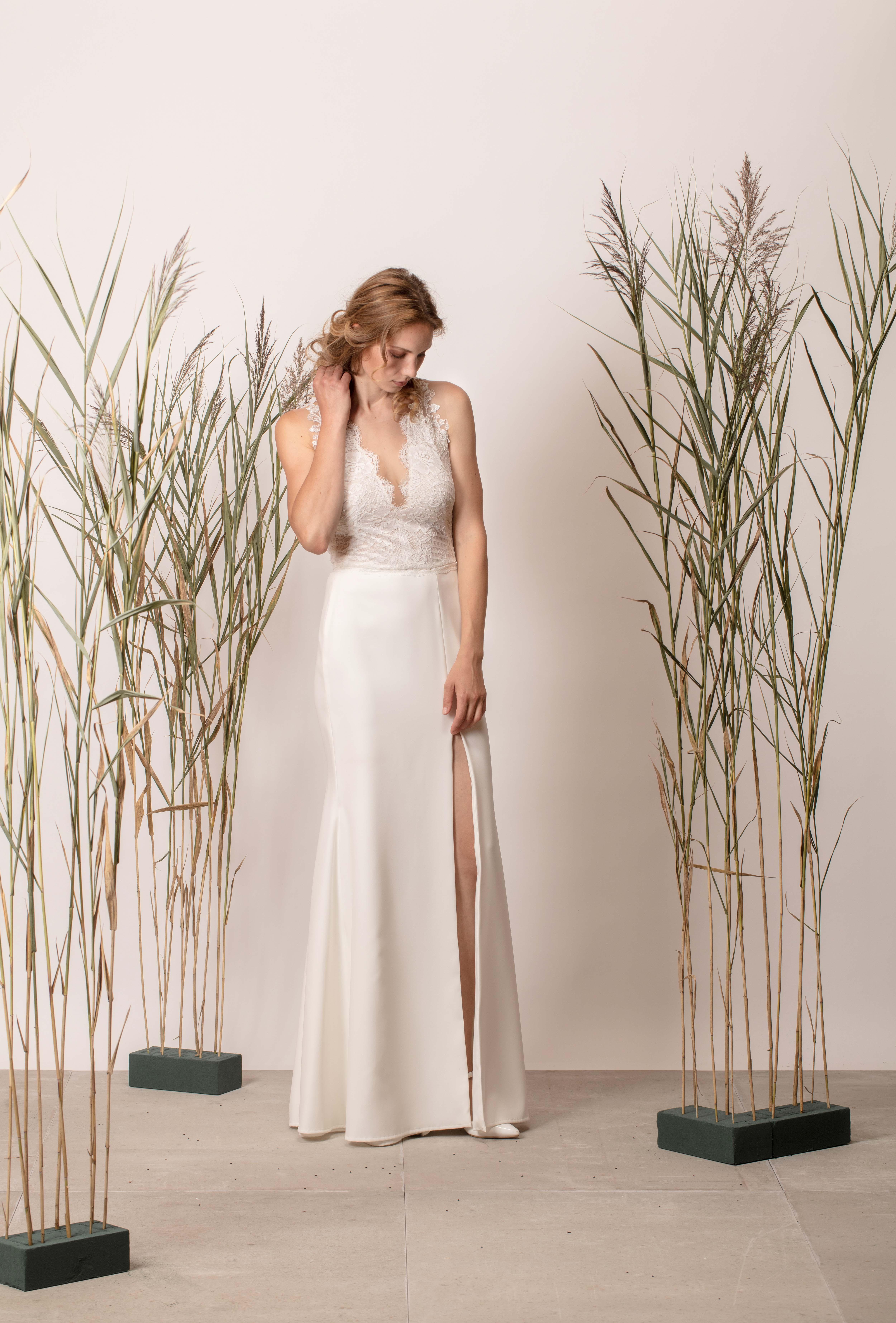 V-nyakú, ujjatlan, sellő menyasszonyi ruha