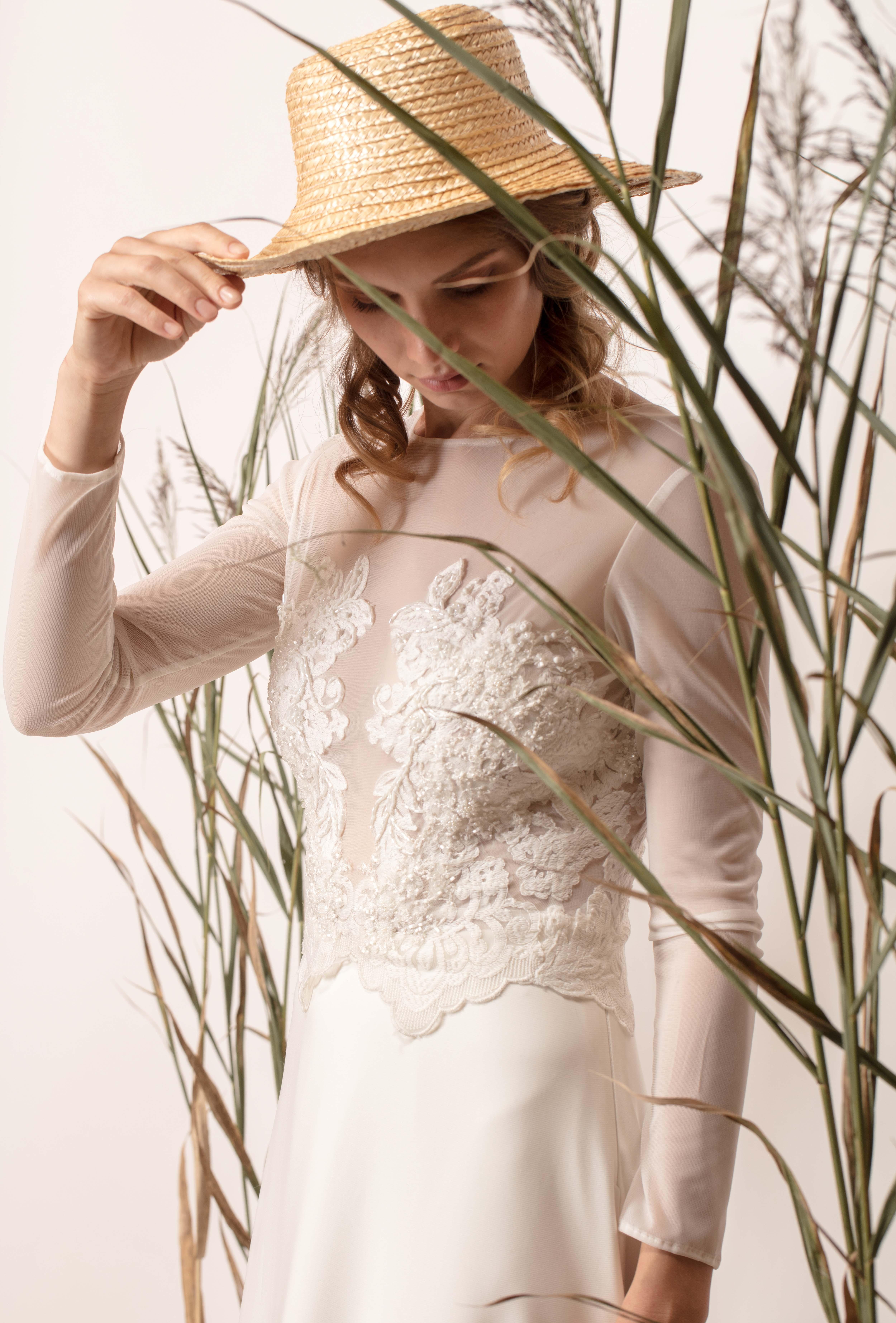 Hosszú ujjú menyasszonyi ruha csipke felsőrésszel