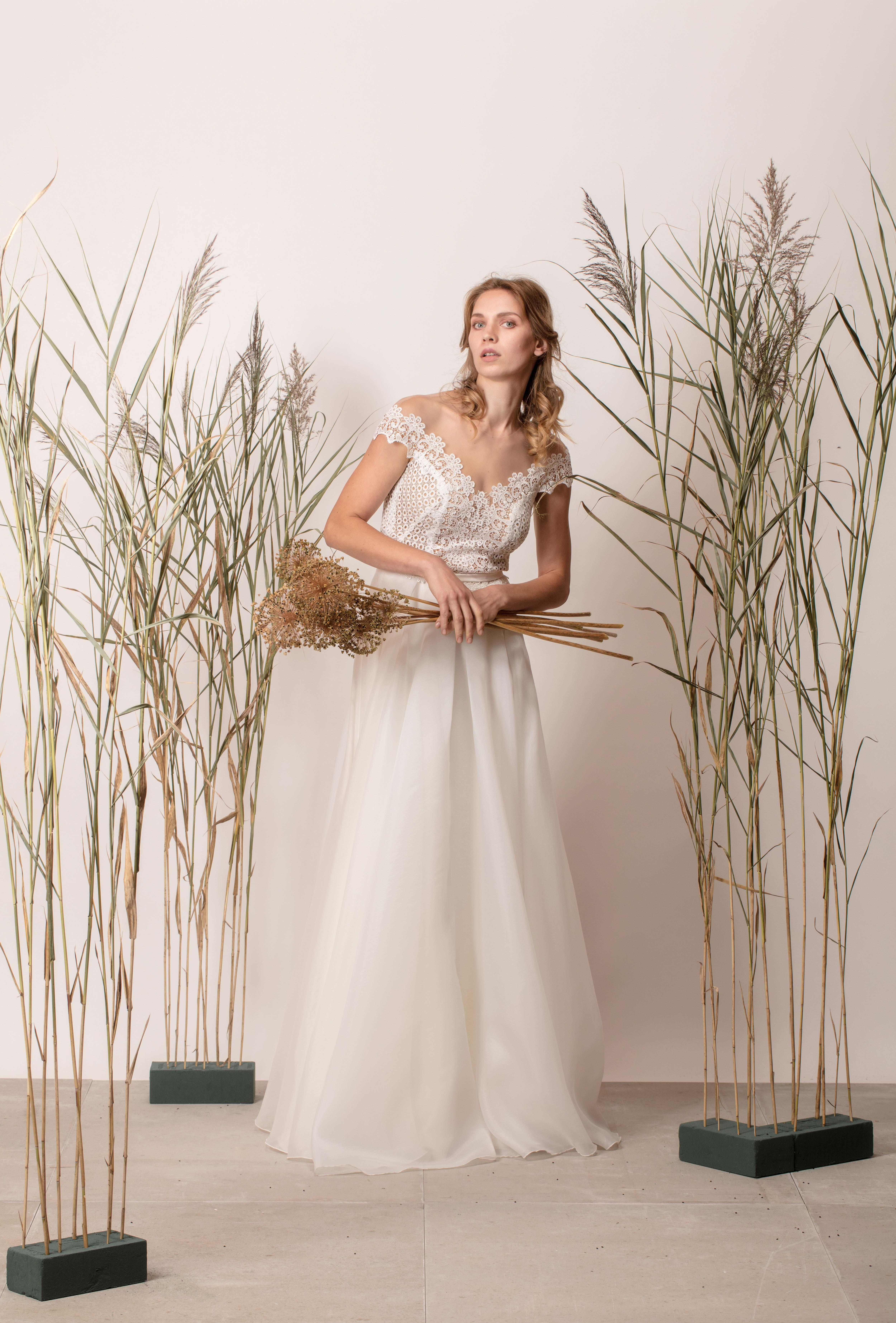 Ejtett vállú, a vonalú, egyszerű menyasszonyi ruha