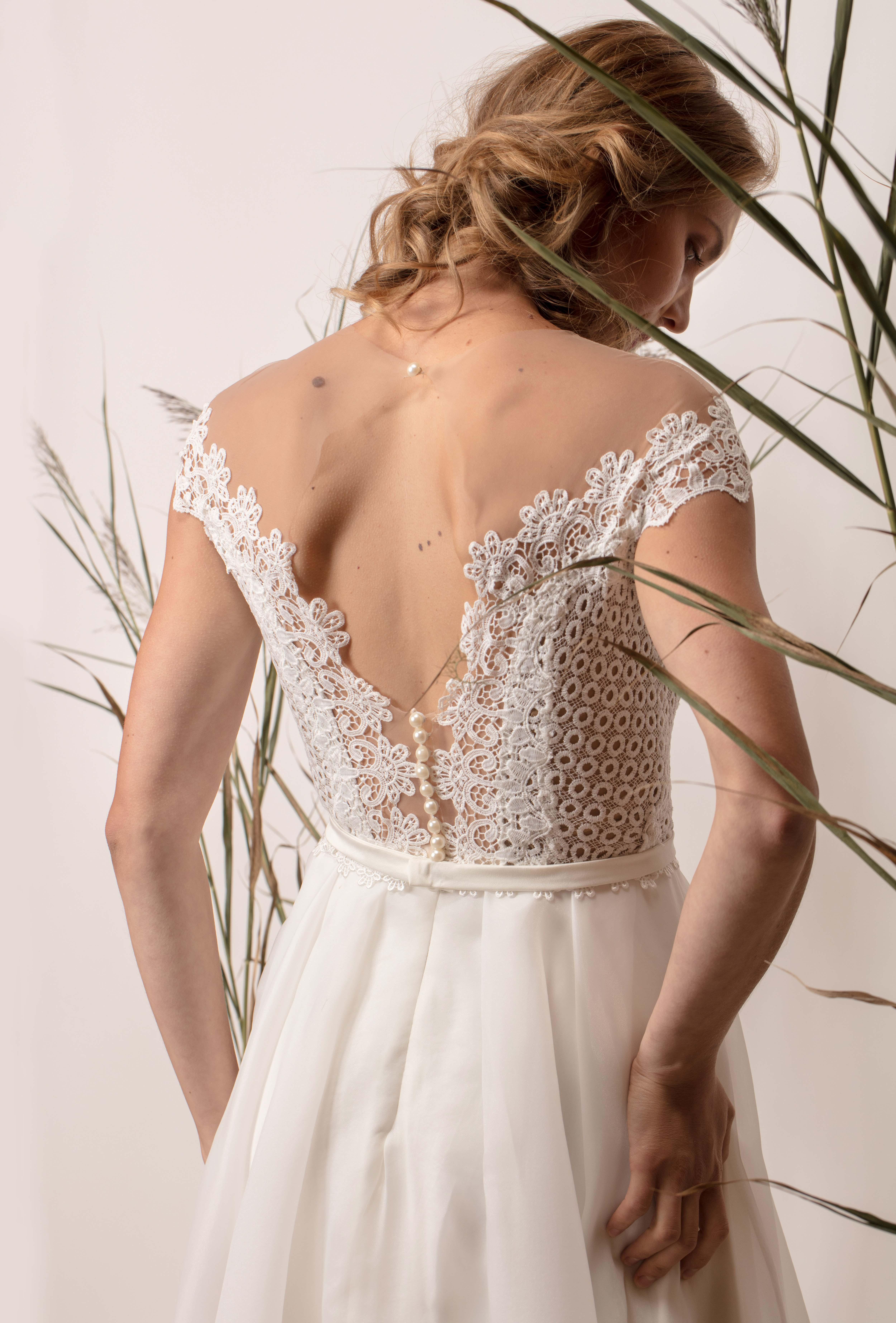 Egyszerű menyasszonyi ruha körös csipke felsőrésszel