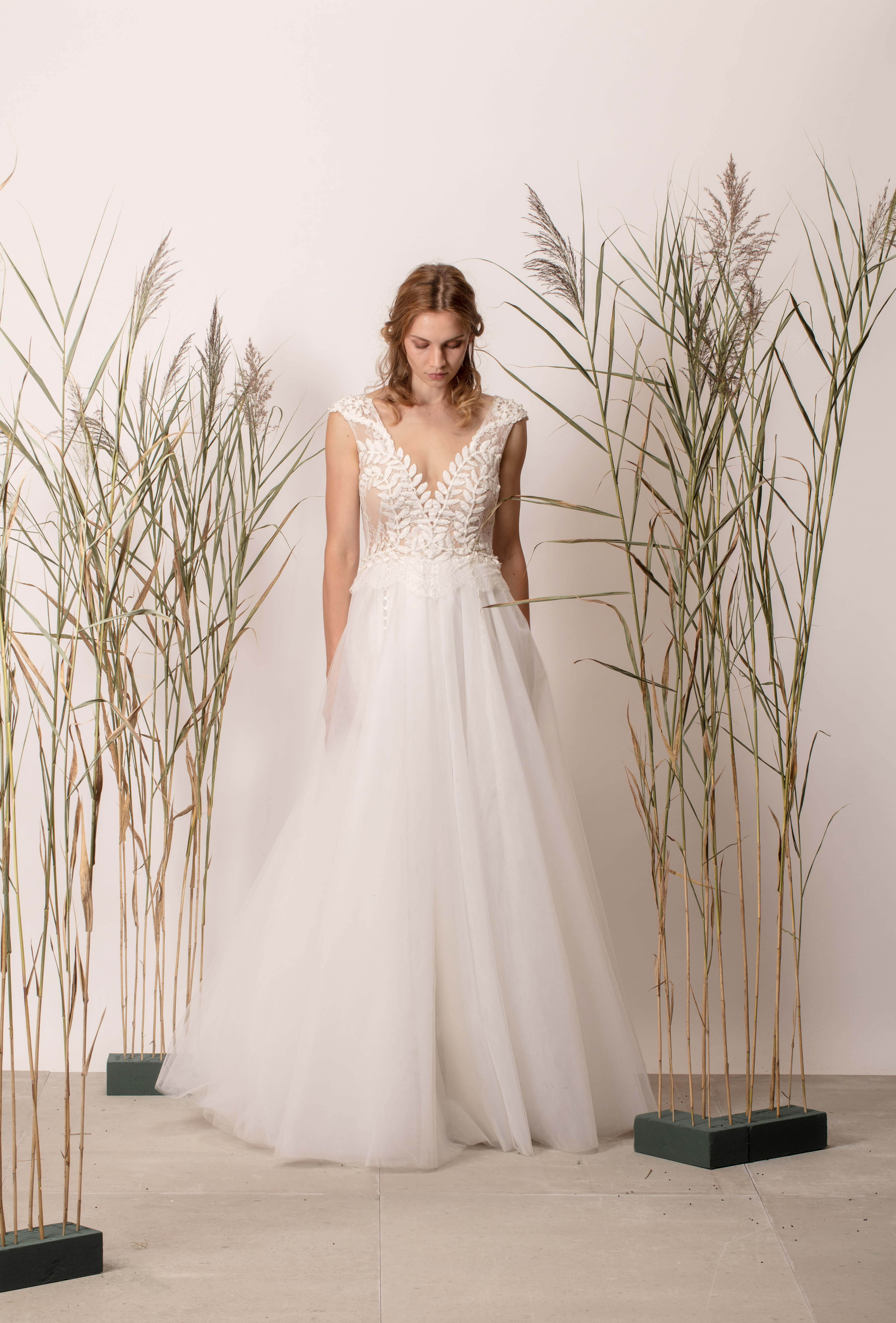 V-nyakú hercegnős menyasszonyi ruha csipke felsőrésszel és tül szoknyával