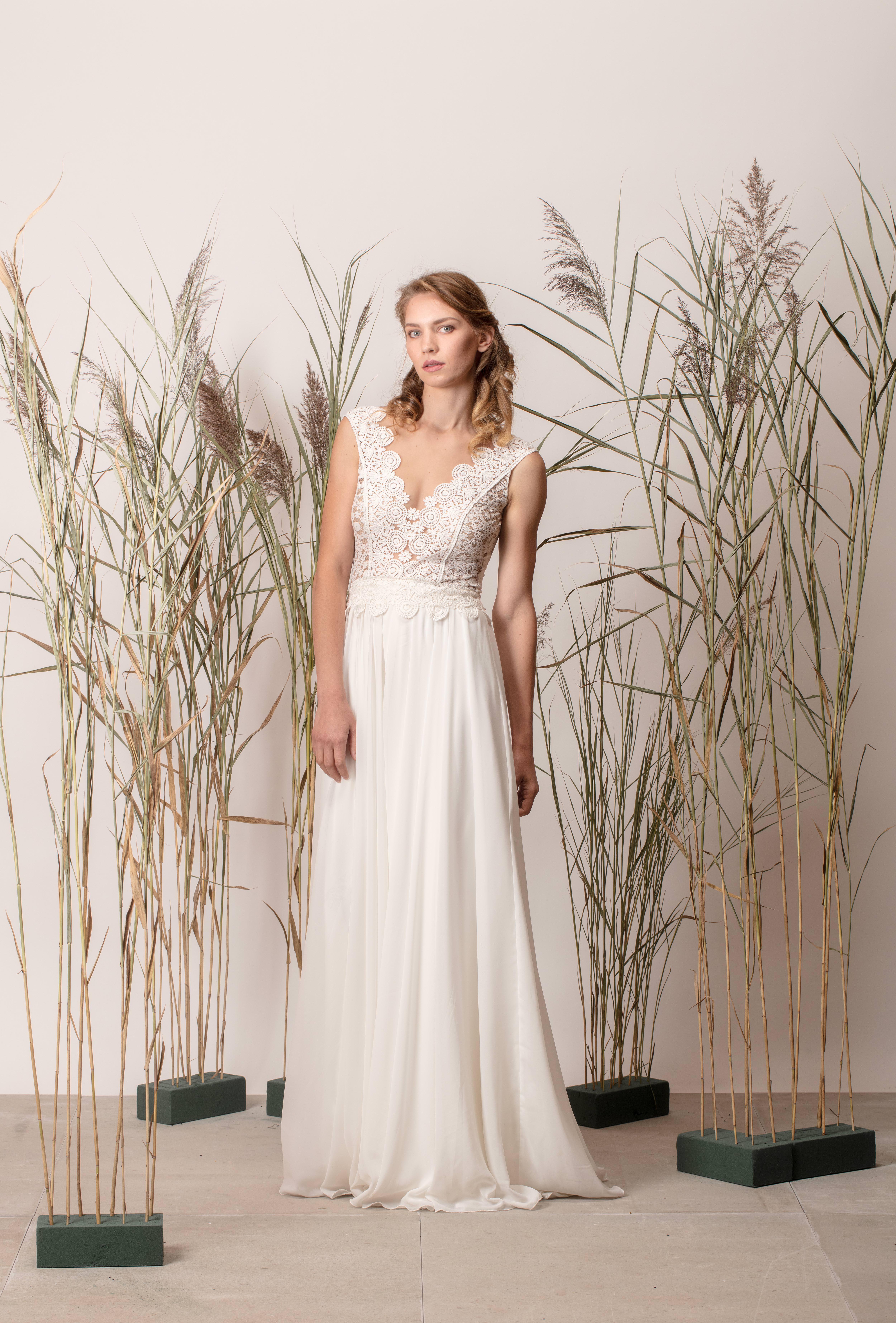 V-nyakú egyszerű menyasszonyi ruha csipke felsőrésszel