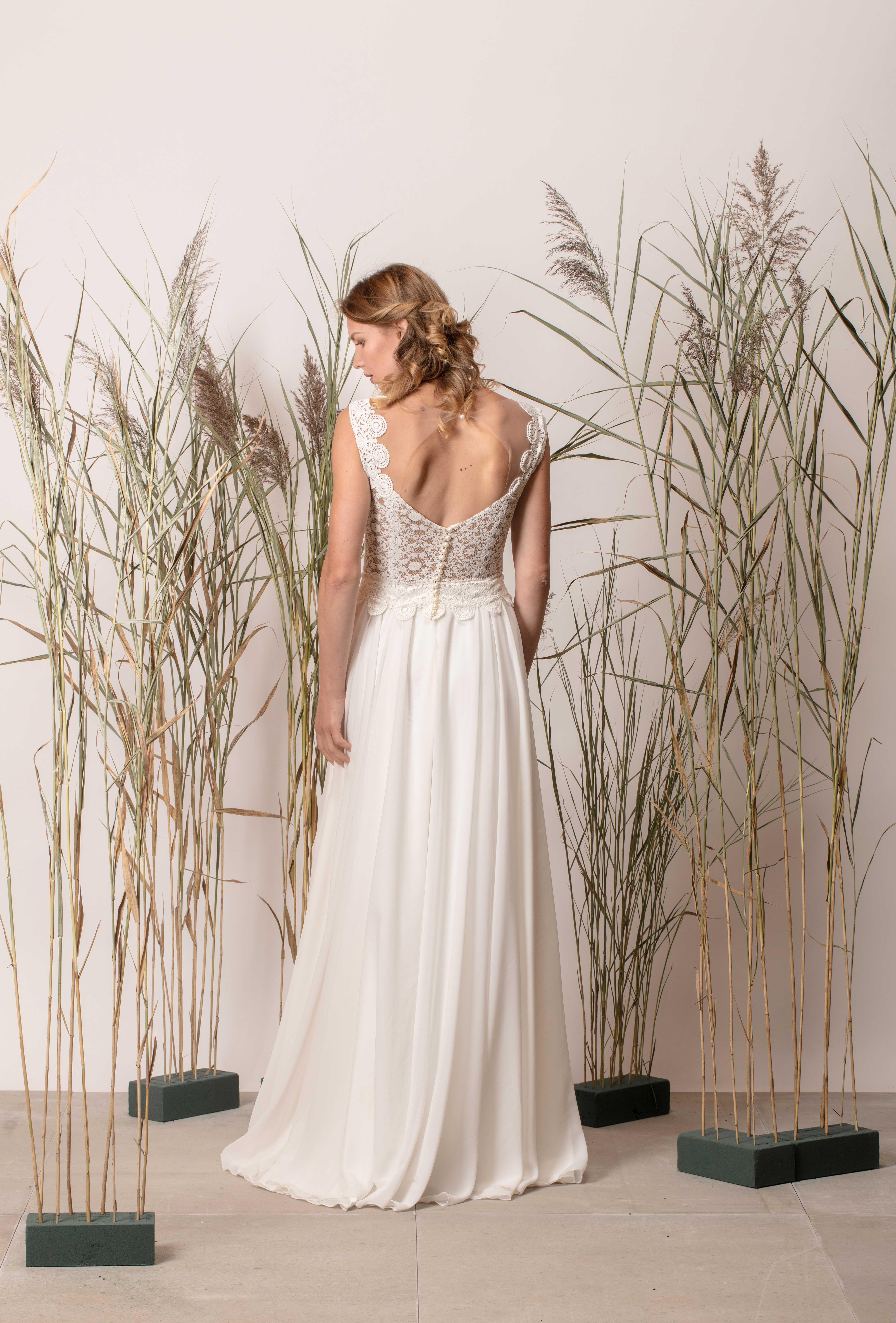 Rochie de mireasă simplă cu spatele gol și dantelă