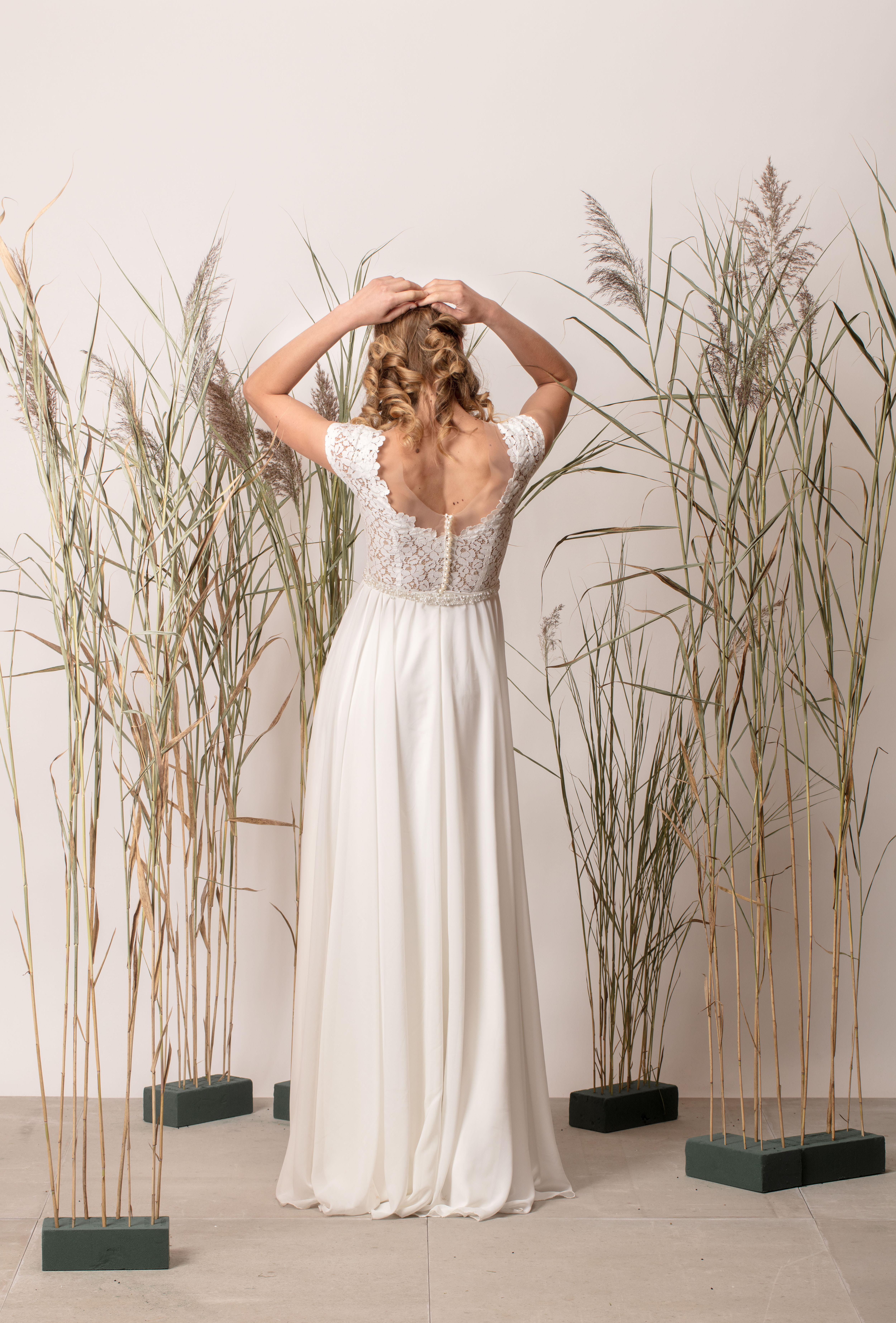 A vonalú, egyszerű menyasszonyi ruha csipke felsőrésszel