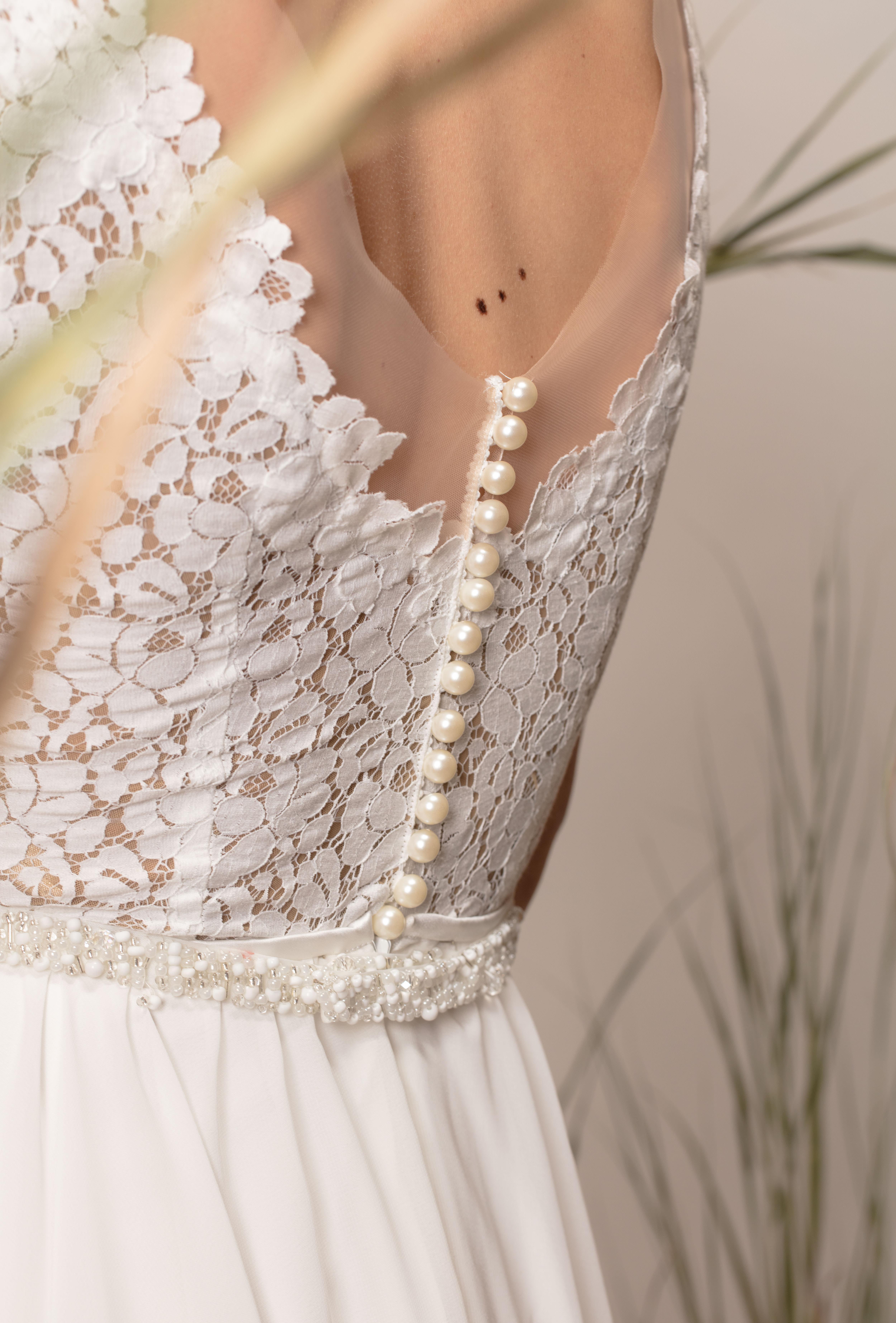 Rochie de mireasă simplă cu dantelă și perle