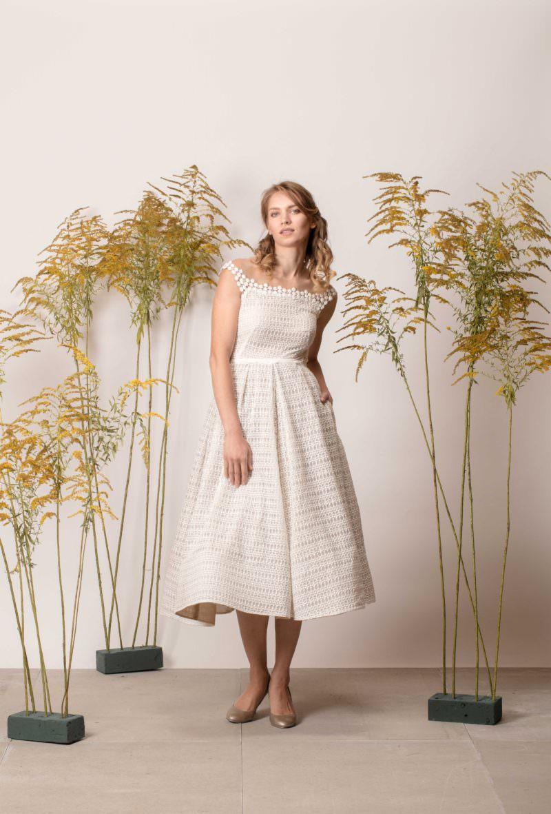Rövid, zsebes menyasszonyi ruha pöttyös szélcsipkéből