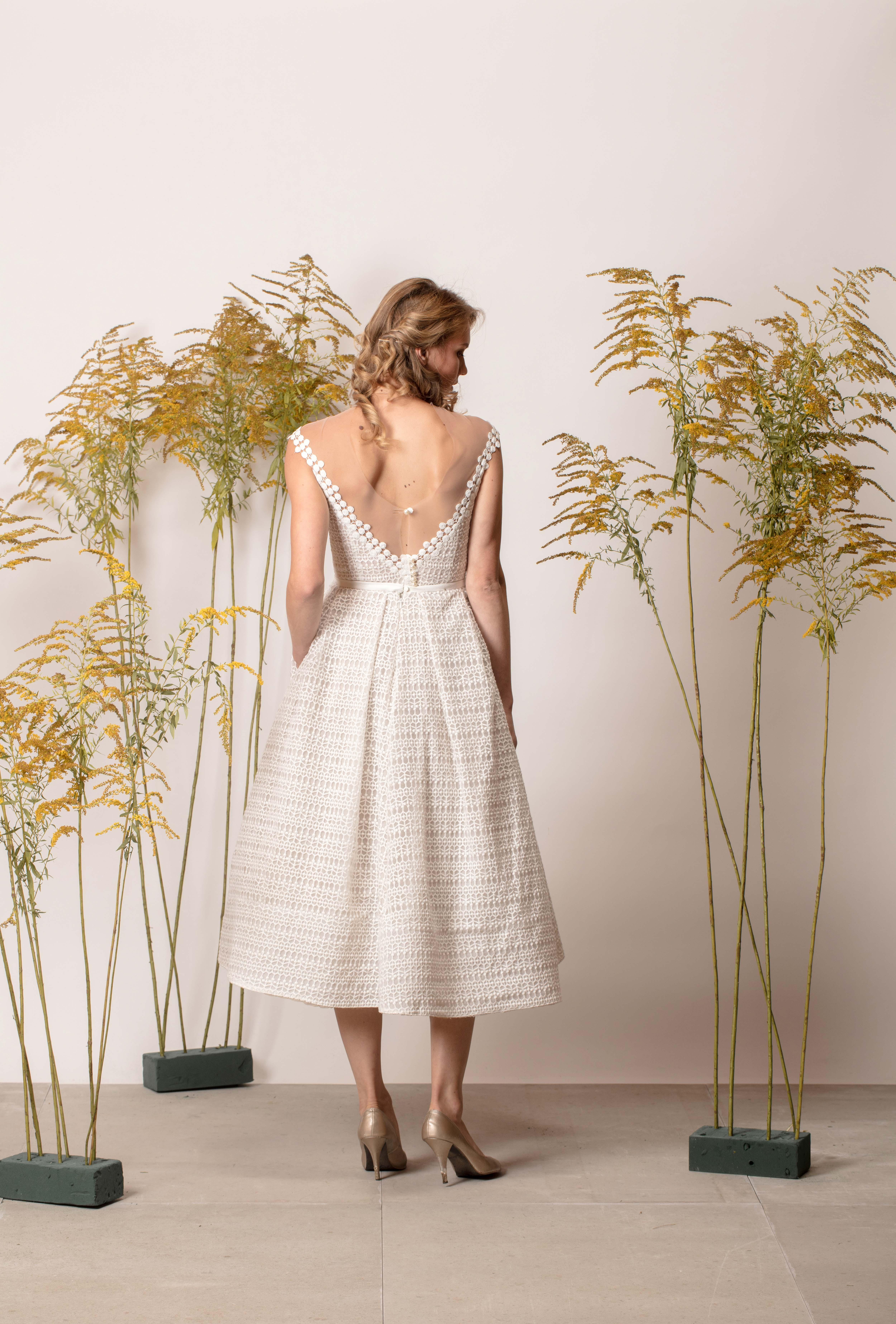 Nyitott hátú, rövid, csipke mintás menyasszonyi ruha