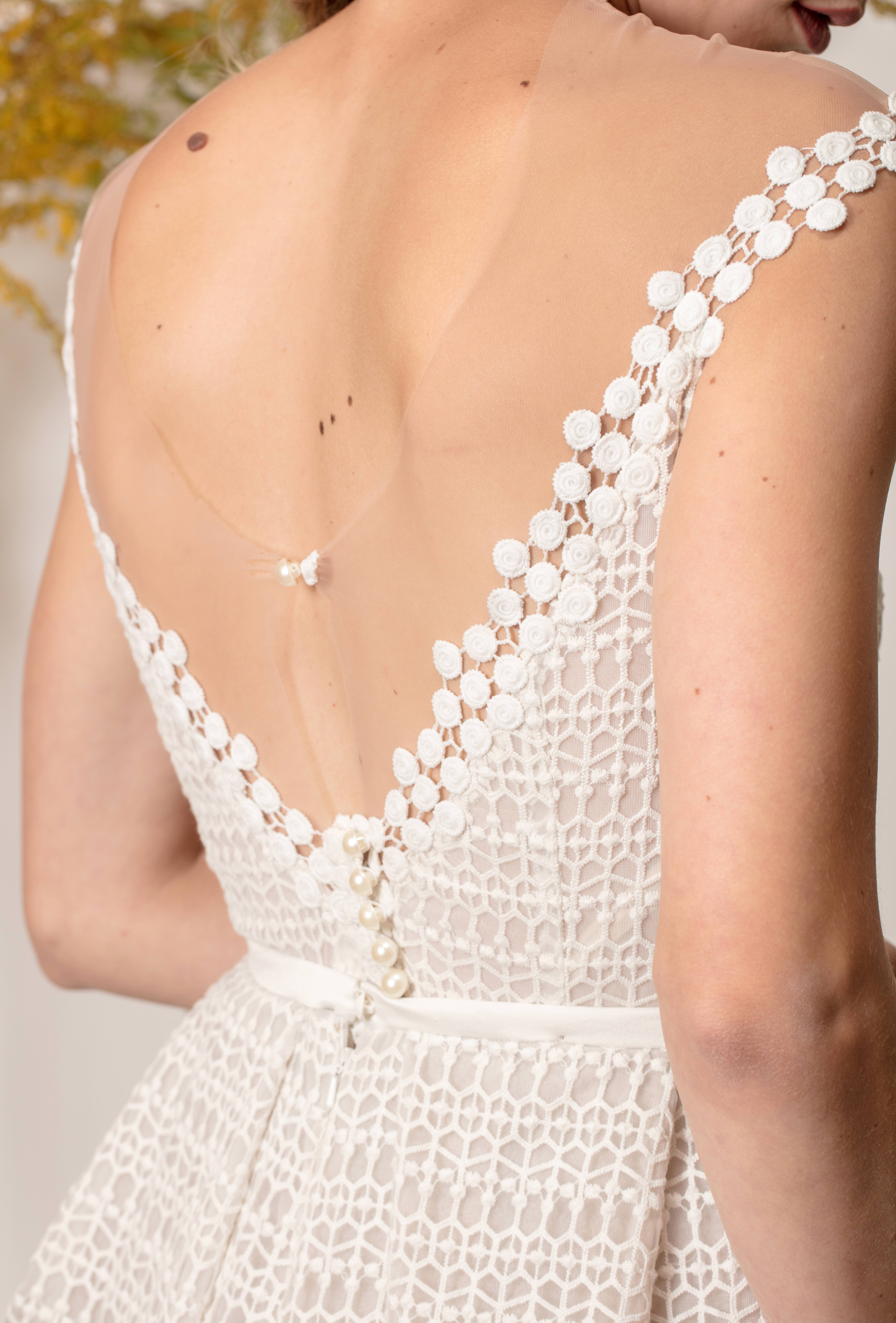 Nyitott hátú,csipke mintás menyasszonyi ruha