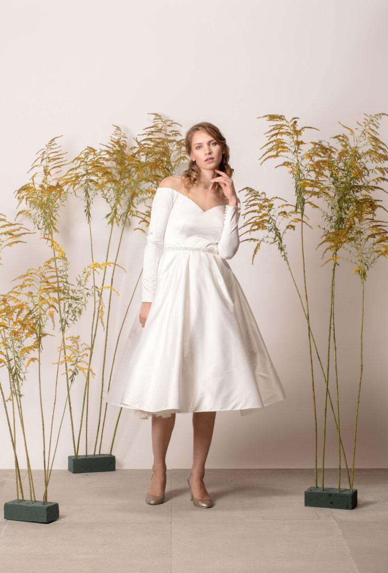 Rochie de mireasă scurtă și simplă cu umerii căzuți