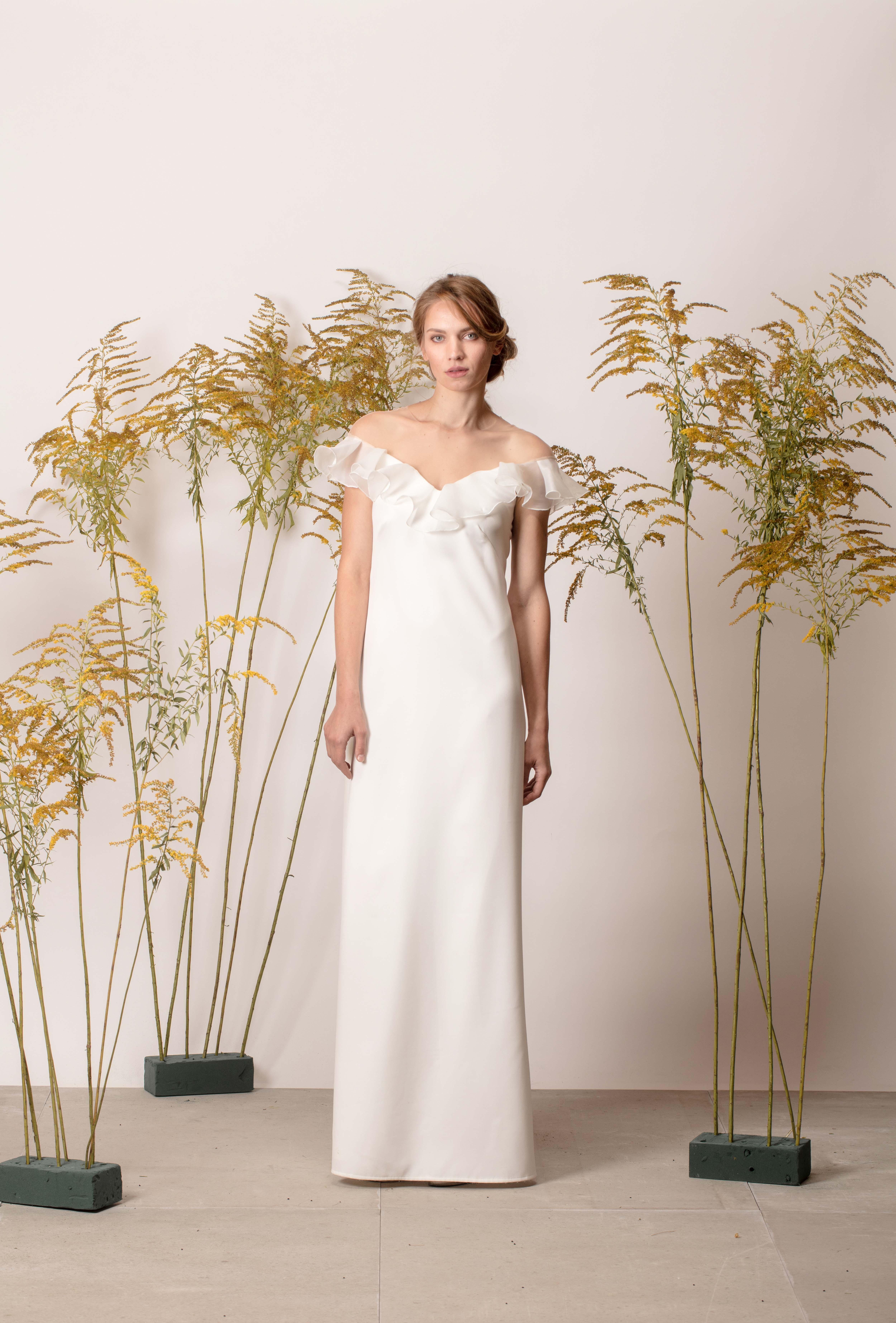 V-nyakú, egyszerű, egyenes vonalú menyasszonyi ruha fodrokkal