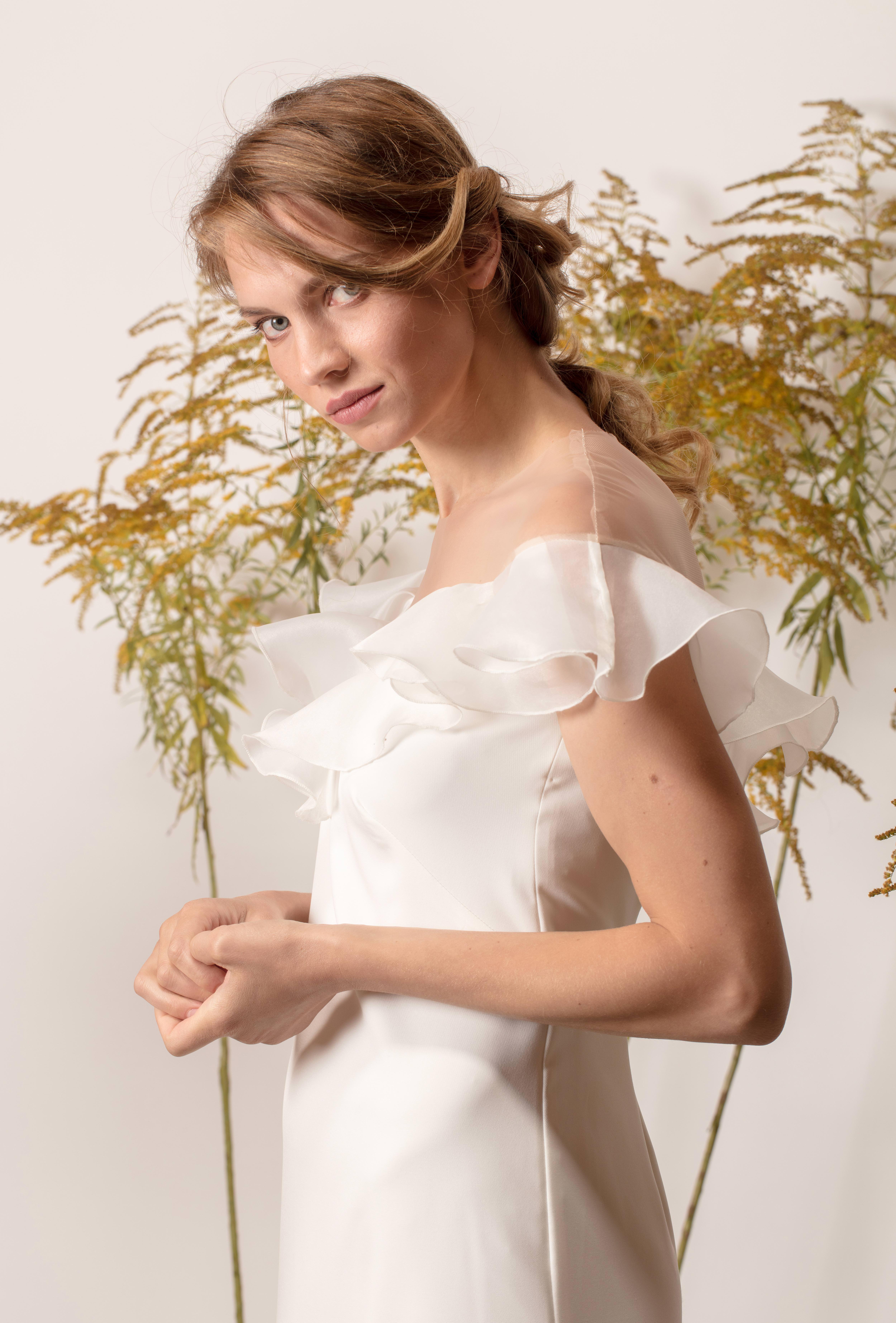 Egyszerű, egyenes vonalú menyasszonyi ruha fodrokkal