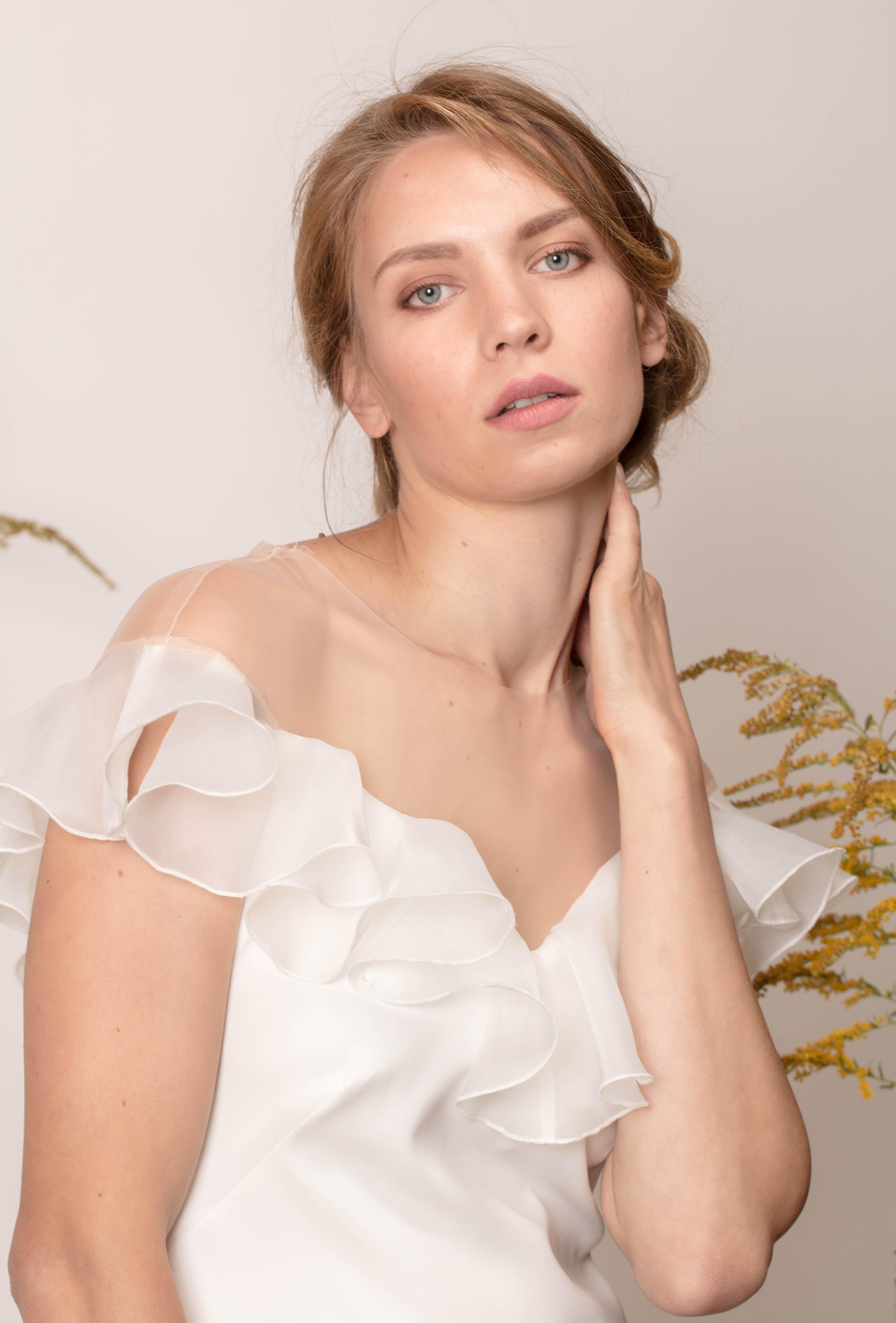 V-nyakú, egyszerű menyasszonyi ruha fodrokkal