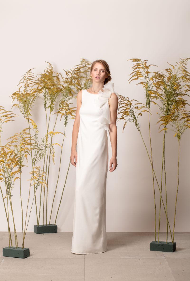Rochie de mireasă simplă cu volan asimetric la umăr