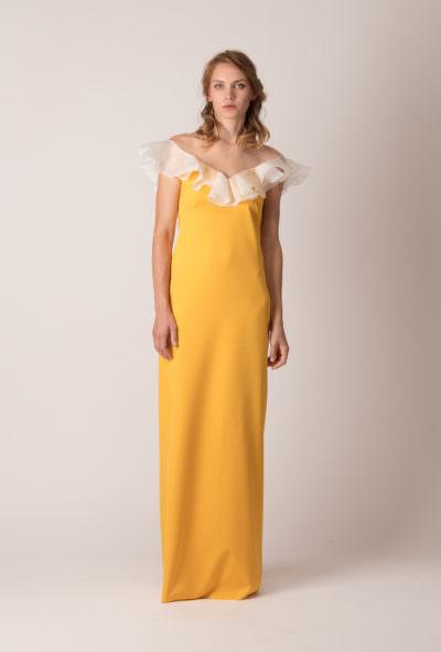 Rochie de seară lungă, dreaptă, cu volan pe umeri de culoarea mierii