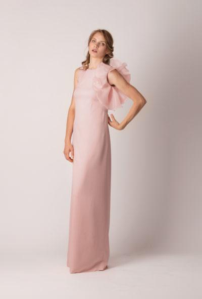 Rochie de de seară lungă, dreaptă, cu volan asimetric pe un umăr de culoare roz pudrat