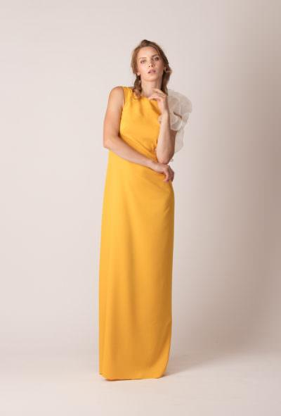 Rochie de de seară lungă, dreaptă, cu volan asimetric pe un umăr de culoare a mierii