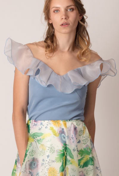 bluză cu volan pe umeri de culoare albastră