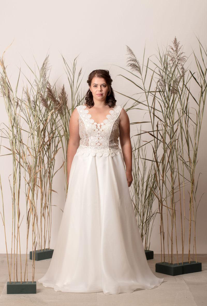 Rochie de mireasă simplă cu decolteu în V și dantelă